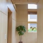 寝室にある象徴的なタテ窓
