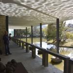 テラスの天井には、池の波紋が映り込んでいました。